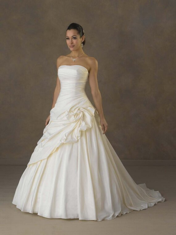 Best wedding dresses for short women: Pictures ideas, Guide to ...